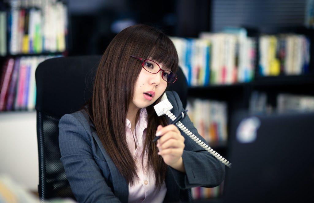 電話対応をしている女性
