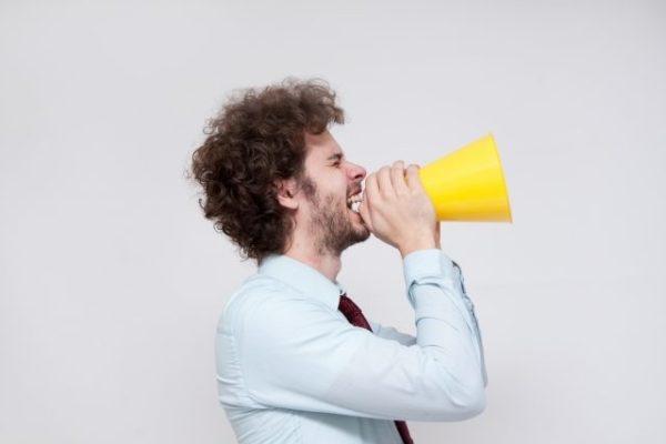大声の男性
