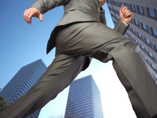 颯爽と歩くビジネスマン
