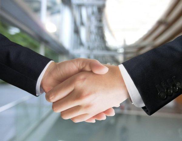 手を組むビジネスマン